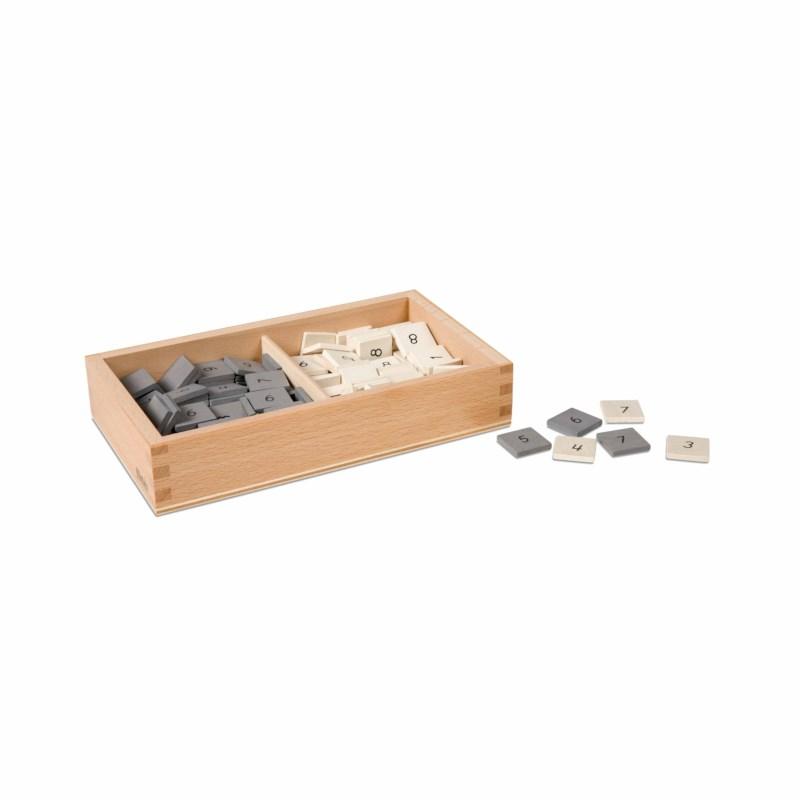 Kasten mit grauen und weißen Marken