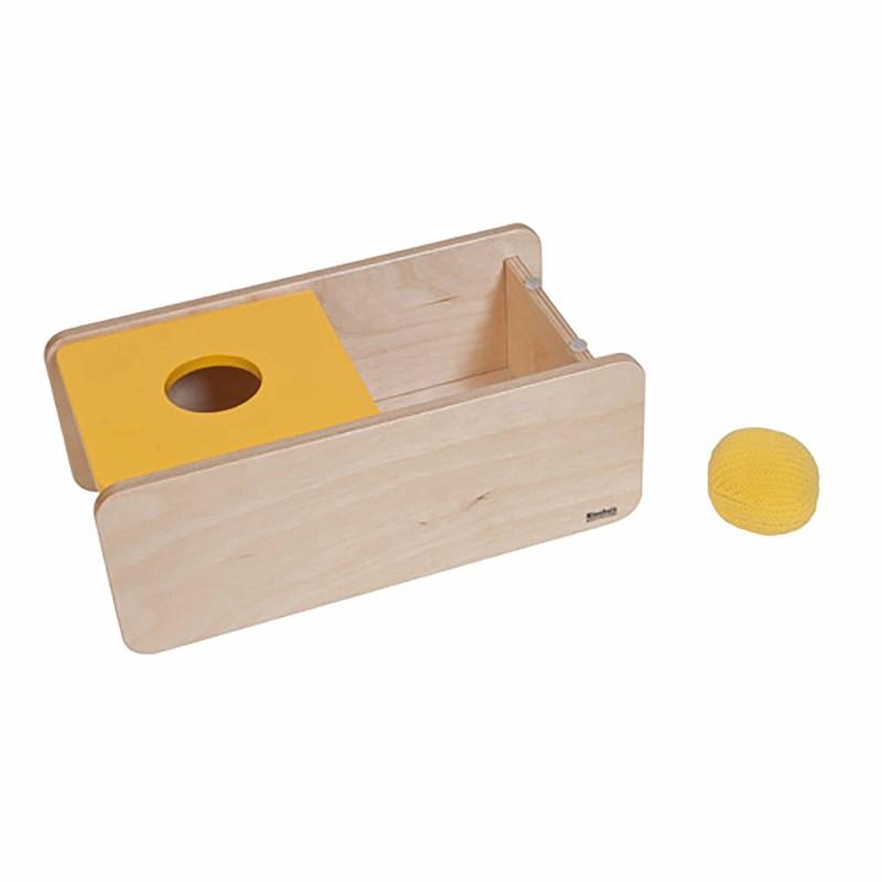 Kasten mit gelbem Deckel und einem gestrickten Ball